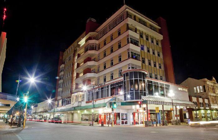 Kelvin Hotel, Invercargill exterior at night