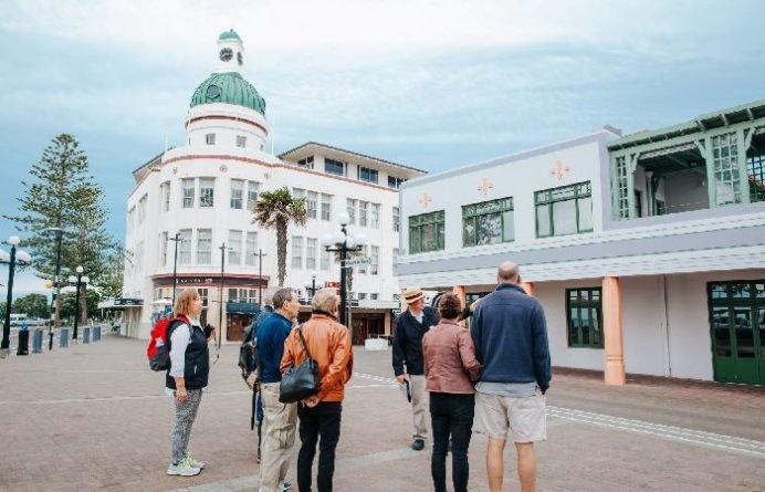Group on walking tour through Napier